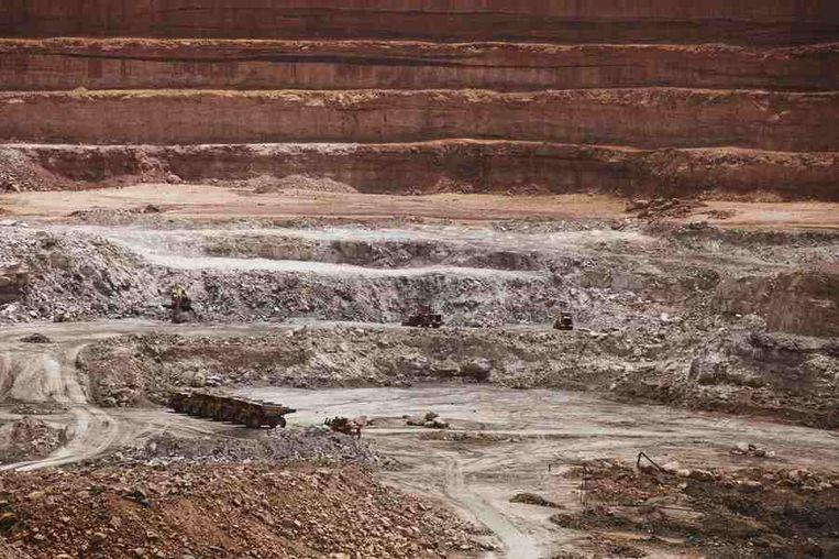 De open 'Tamgak'-mijn.<br /><br />De stad Arlit in Niger is nog niet veel beter geworden van de lucratieve mijnenindustrie daar. Arlit werd in 1969 opgericht na de vondst van uranium, waarna Frankrijk er de mijnenindustrie ontwikkelde. Nu zijn er twee grote uraniummijnen, in Arlit - waar inmiddels zo'n 117.000 mensen wonen - en in het nabijgelegen Akouta.<br /><br />Maar de inwoners van Arlit zelf zijn daar niet veel rijker van geworden. Hun stad, gelegen tussen het Aïr-gebergte en de Sahara, is stoffig en verwaarloosd. Bovendien zijn er, volgens een rapport van Greenpeace, nog steeds te hoge radioactieve stralingen nabij de Nigeriaanse mijnen. Beeld reuters