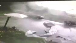 Krachtige tornado blaast auto's de lucht in