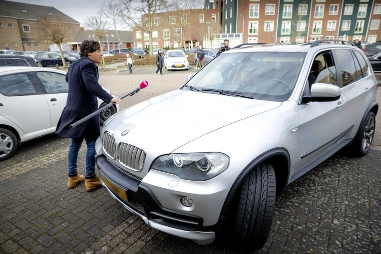 Mark Baanders van omroep Powned wordt aangereden door een auto op de parkeerplaats van de Sionkerk. Dit gebeurde op 28 maart 2021. Beeld ANP
