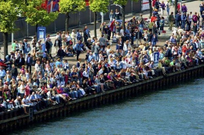 De Sail-In Parade wordt door vele duizenden mensen bekeken langs het Noordzeekanaal en het IJ. ANP