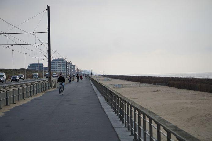 De zeedijk tussen Mariakerke en Raversijde is nu nog een lange laag asfalt.