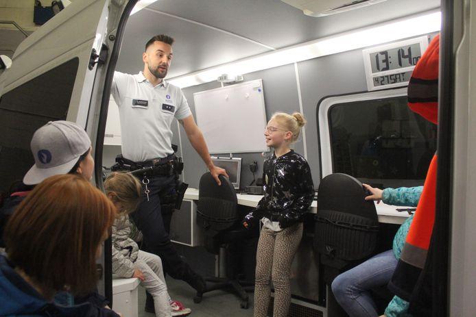 De kinderen kregen een rondleiding bij de politie.
