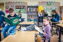 Leerlingen van groep 5/6 van De Peelparel in Helenaveen mogen gek zitten als ze lezen voor het project Scoor een boek.