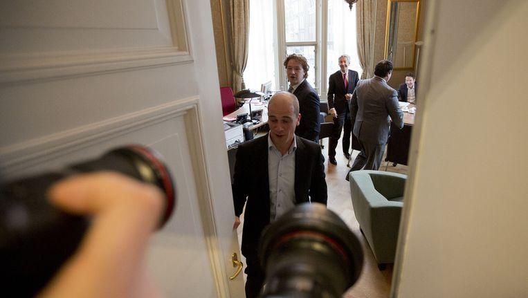 Demissionair minister van Financiën Jan Kees de Jager op bezoek bij PvdA-ers Diederik Samsom, Ronald Plasterk en Martijn van Dam, gisteren. Beeld ANP