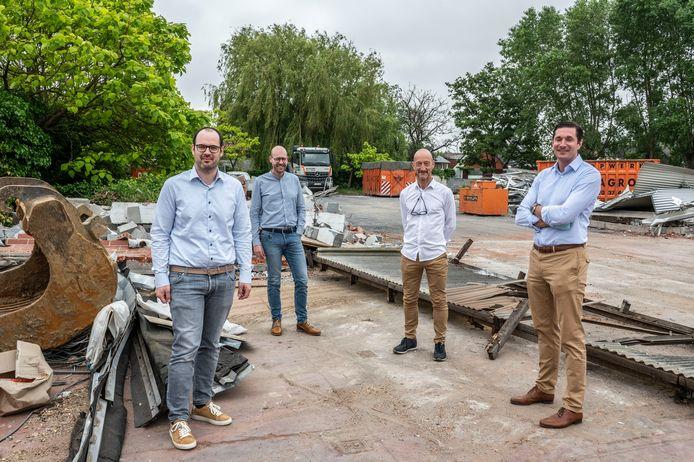 Simon Alleman (All-Bouw), Pieter Verfaillie (bow architecten), Geert Clierinck en Andreas Verheye (Standplus) op de plek waar straks een woonerf verrijst.