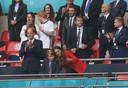 Op de achtergrond zien we Ed Sheeran met z'n vrouw Cherry , David Beckham en diens zoon Romeo