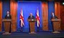 De Britse premier Johnson kondigde aan dat versoepelingen voorlopig worden uitgesteld vanwege de deltavariant.