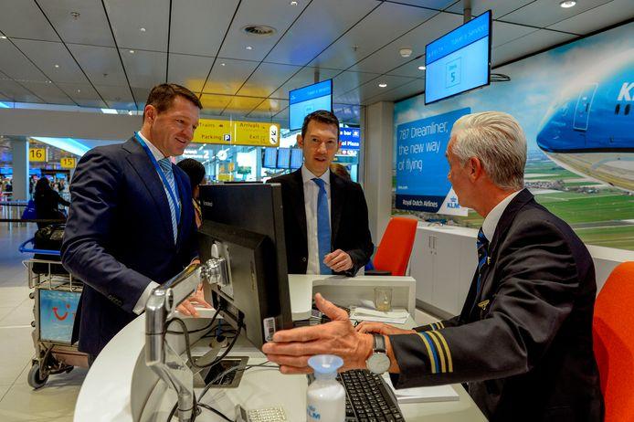 Ben Smith (midden) met KLM-topman Pieter Elbers (links).
