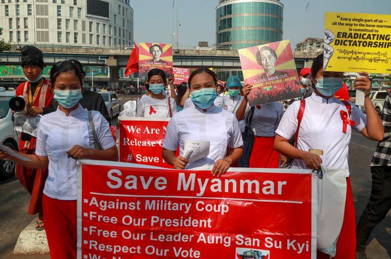 Demonstranten protesteren tegen de machtsovername van het leger in Myanmar. Beeld AP