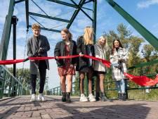 Kleinkinderen van Louis de Bot heropenen gerestaureerde brug Jannezand bij Hank
