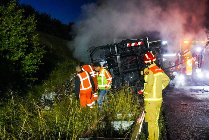 Vrachtwagen met schroot vliegt in brand op snelweg bij Geldrop.
