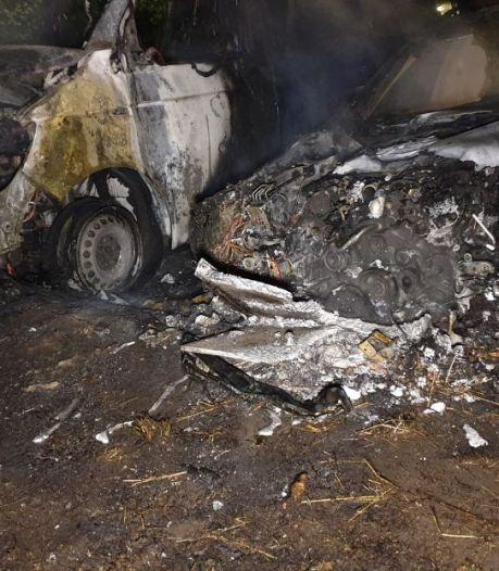 Twee auto's gaan in vlammen op in Hengelo, mogelijke brandstichting