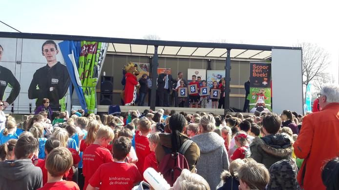 Leerlingen van basisschool De Driehoek uit Hilvarenbeek maken bekend hoeveel boeken er tijdens Scoor een boek! gelezen zijn: 5844 stuks.