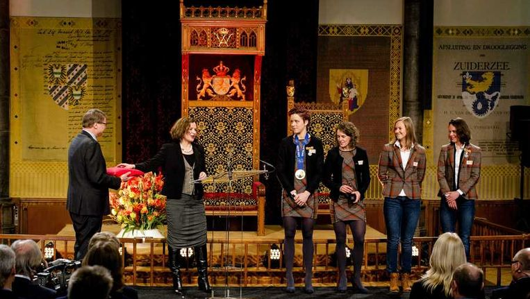 (VLNR) Minister Edith Schippers (Sport) op het podium met schaatssters Jorien ter Mors, Ireen Wüst, Lotte van Beek en Marrit Leenstra in de Ridderzaal. Beeld anp