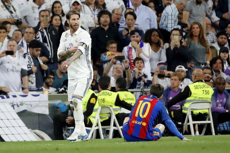 Diep in de tweede helft torpedeerde Sergio Ramos Messi met donkerrood tot gevolg. Beeld EPA
