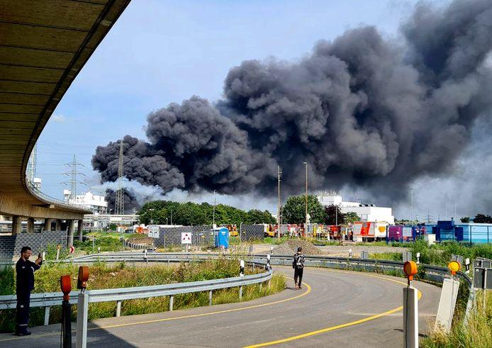 Se puede ver una gran nube de humo cerca del sitio de Bayer, una empresa química en Leverkusen, Alemania.