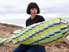 Elle fabrique un tampon géant avec des applicateurs abandonnés