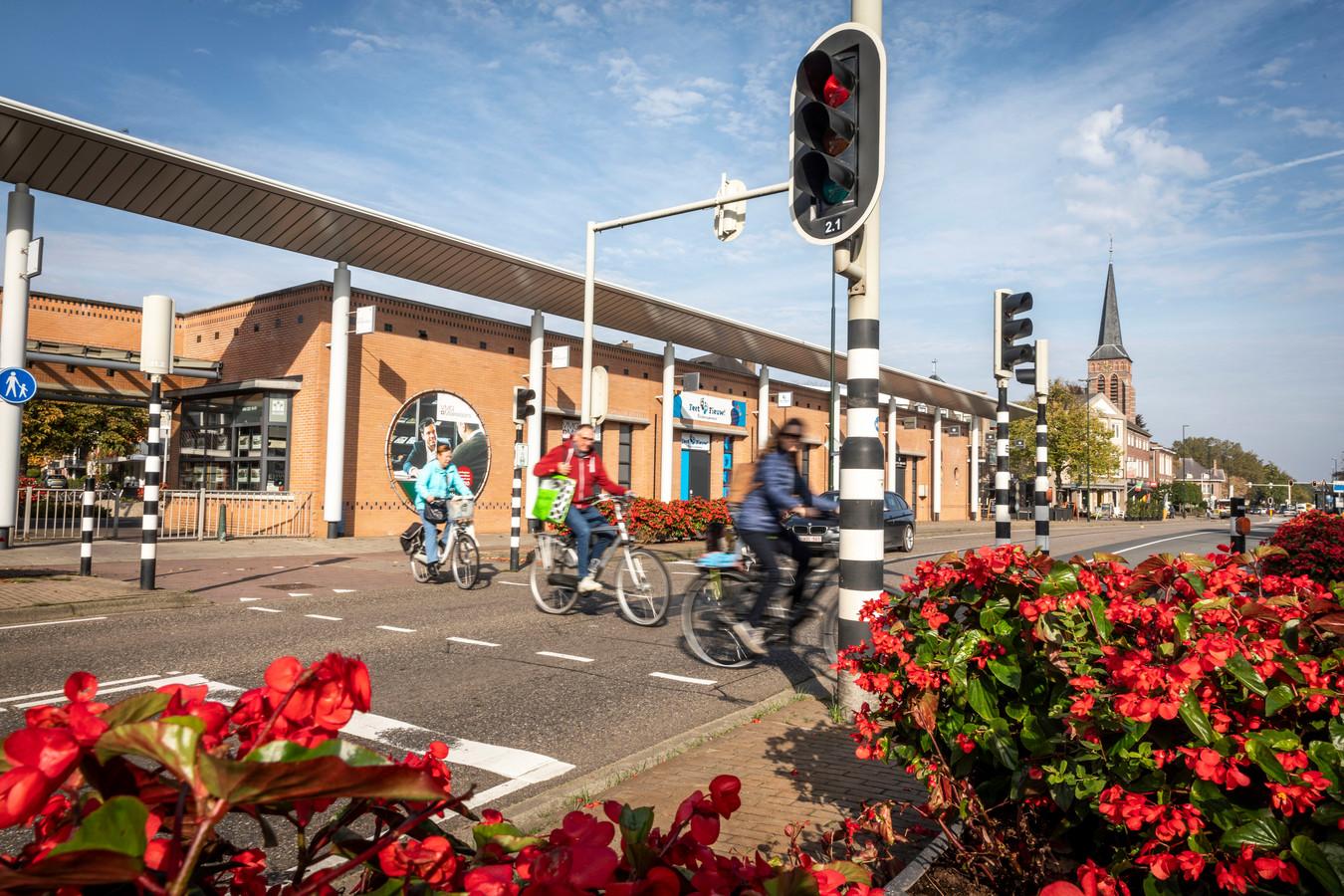 Overstekende fietsers en voetganger aan de Eindhovenseweg in Aalst moeten door een herindeling van de weg veilig hun weg kunnen vervolgen.