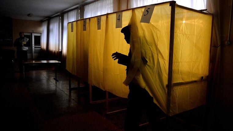 Een man verlaat het stemhokje in Simferopol. Beeld afp