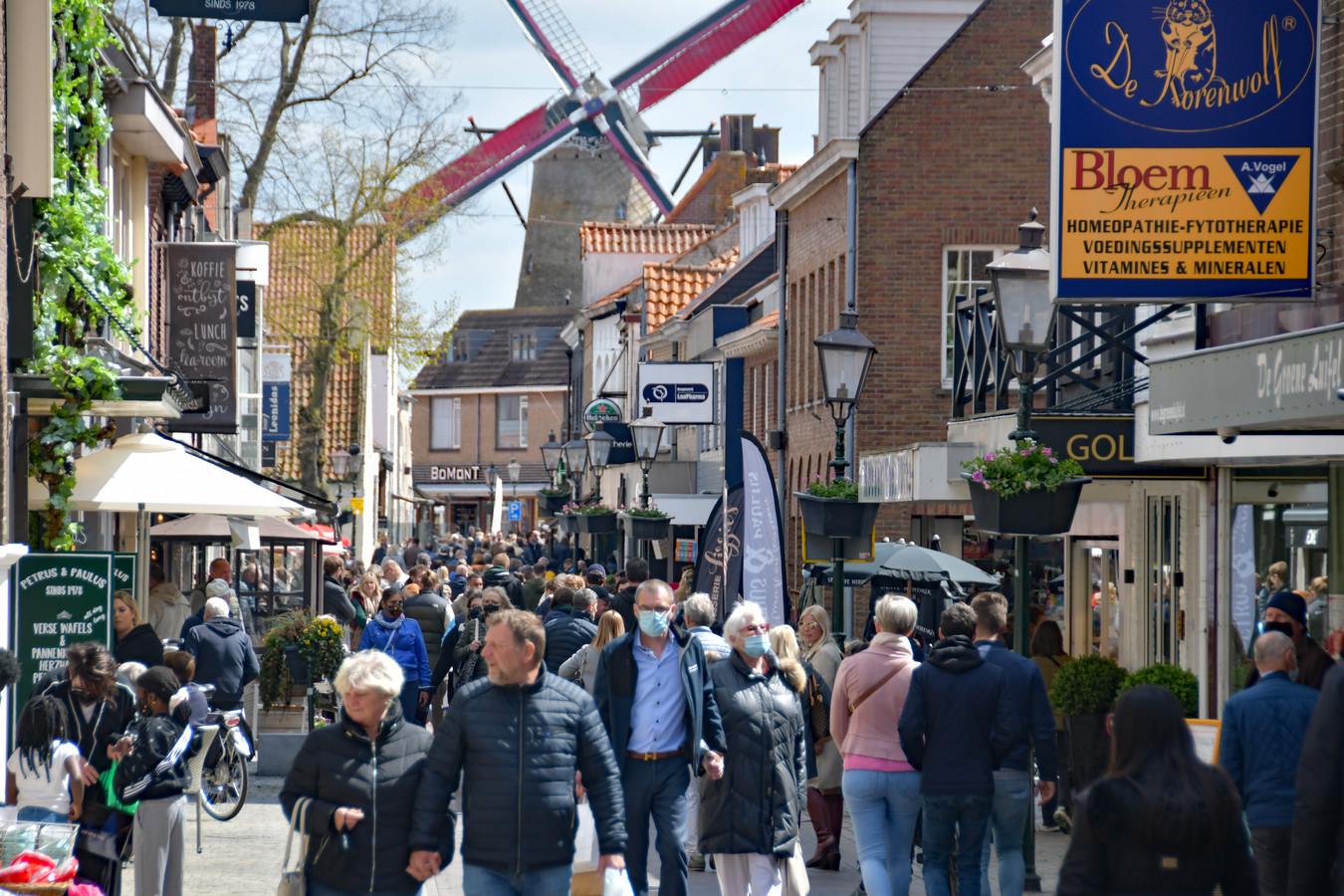 De Oude Kerkstraat in hartje Sluis zondagmiddag.