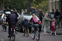 Voetgangers, fietsers en auto's; het is 's ochtends een chaos bij de meeste basisscholen.