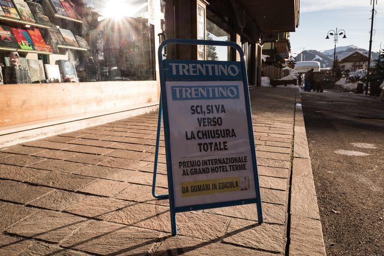 Op een promotiebord wordt de sluiting van de skifaciliteiten aangekondigd. Beeld Nicola Zolin