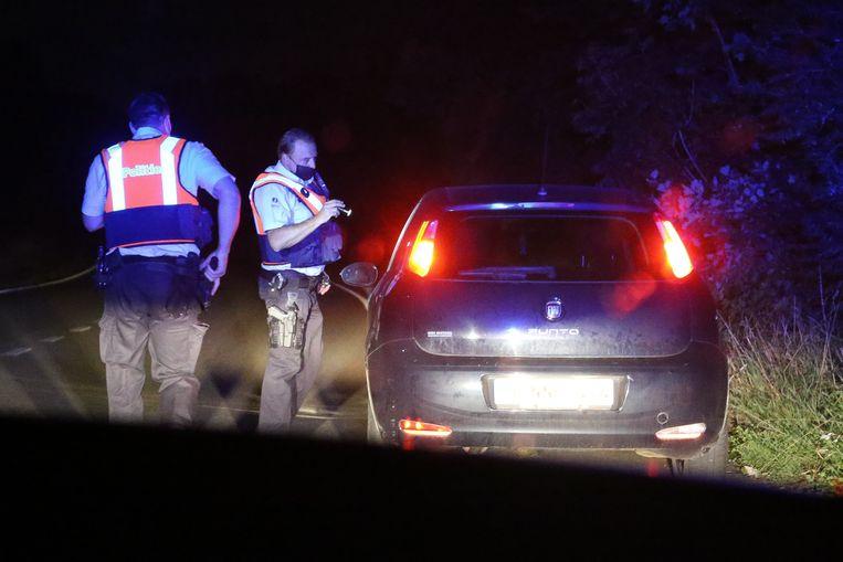 De bestuurder van een Fiat wordt gecontroleerd. Kronkelend langs Ardense weggetjes zette de combi met 100 km per uur de achtervolging op de verdachte wagen in. Maar het blijkt loos alarm. Beeld Photo News