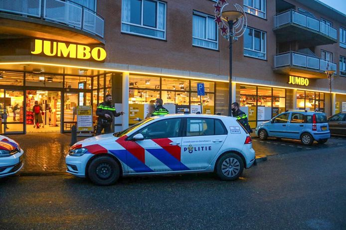 De politie kwam met meerdere wagens af op de melding van de winkeldiefstal bij de Jumbo in Dieren.