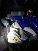 MECHELEN - Bij de controle van de taxi werden er 14 flessen gevonden. Negen lagen op de achterbank, vijf lagen in de koffer.