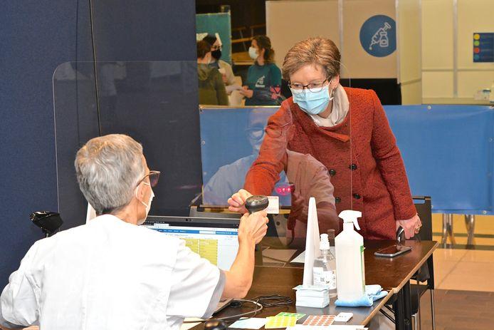 Medisch secretaresse Hilde Coudyser kreeg als eerste het vaccin in vaccinatiecentrum ISO in Izegem toegediend.