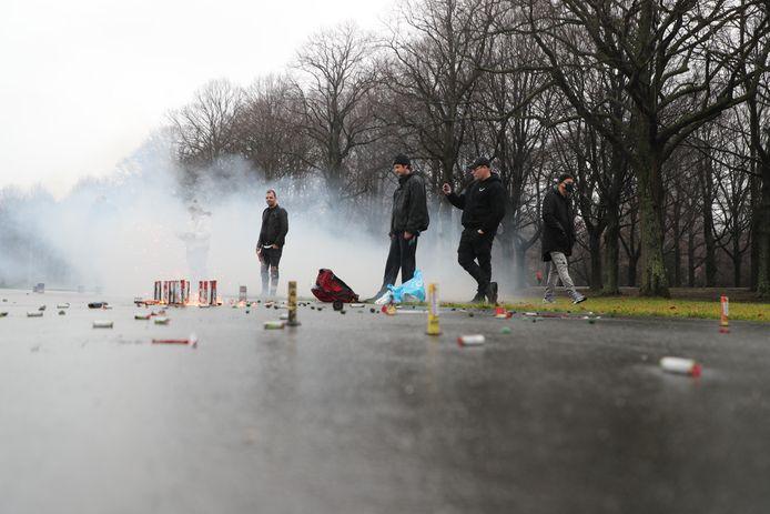 Op het Malieveld wordt door een klein groepje mensen vuurwerk afgestoken.