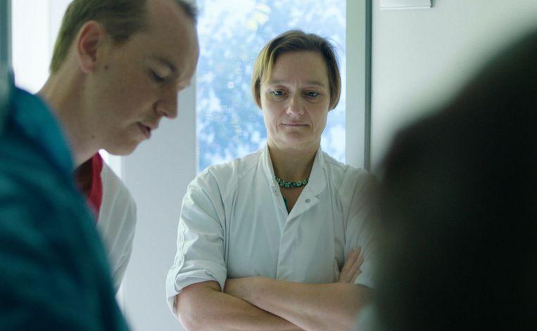 Erika Vlieghe in 'Besmet': 'Zoals we een leger hebben dat altijd paraat is, zo moeten we ook een leger hebben klaarstaan voor virus uitbraken.' Beeld Canvas