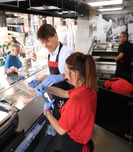 Burgemeester Depla loopt een zomerstage en verkoopt vis op markt in Breda