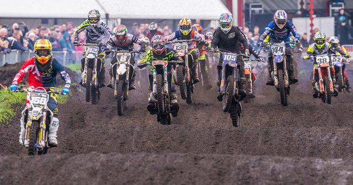 Motorcrossen in Staphorst moet voorlopig nog op een tijdelijke baan omdat het nieuwe circuit bij 't Wiede Gat vanwege diverse tegenslagen nog niet gereed is.