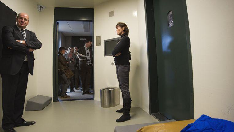 Staatssecretaris Fred Teeven neemt een kijkje in een isoleercel tijdens een rondleiding in het forensisch psychiatrisch centrum Oostvaarderskliniek in Almere tijdens de Nationale Open Dag van de Dienst Justitiele Inrichtingen. Beeld anp