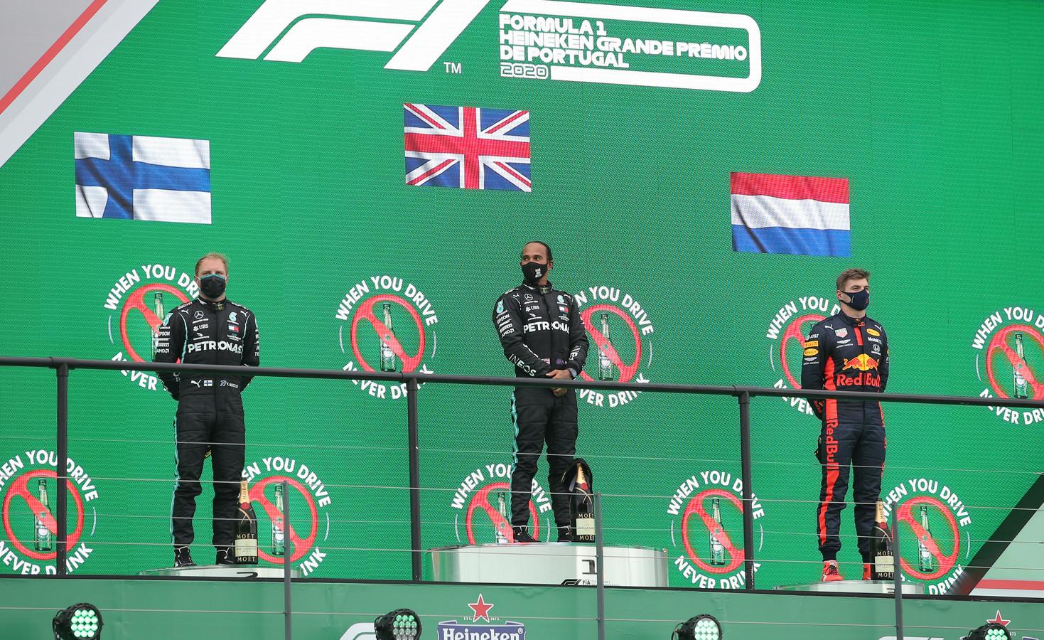 Max Verstappen op het podium met Lewis Hamilton en Valtteri Bottas.