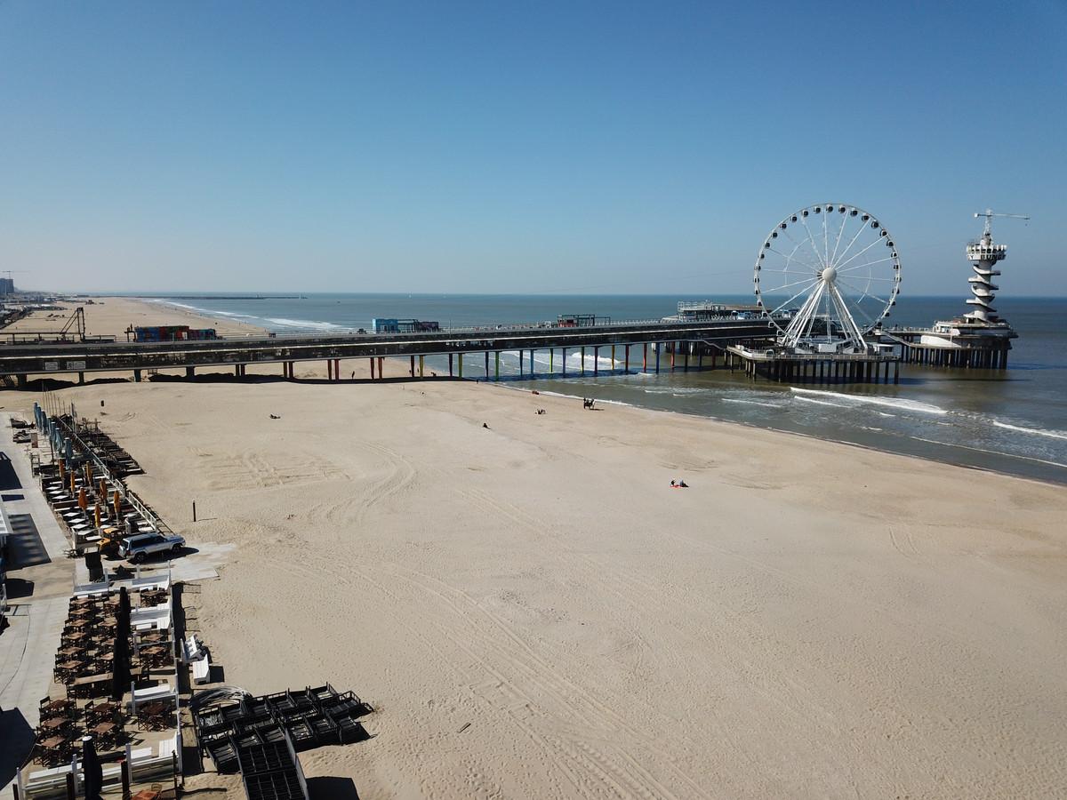 Het strand van Scheveningen bleef afgelopen weekend ondanks het mooie weer vrijwel leeg.