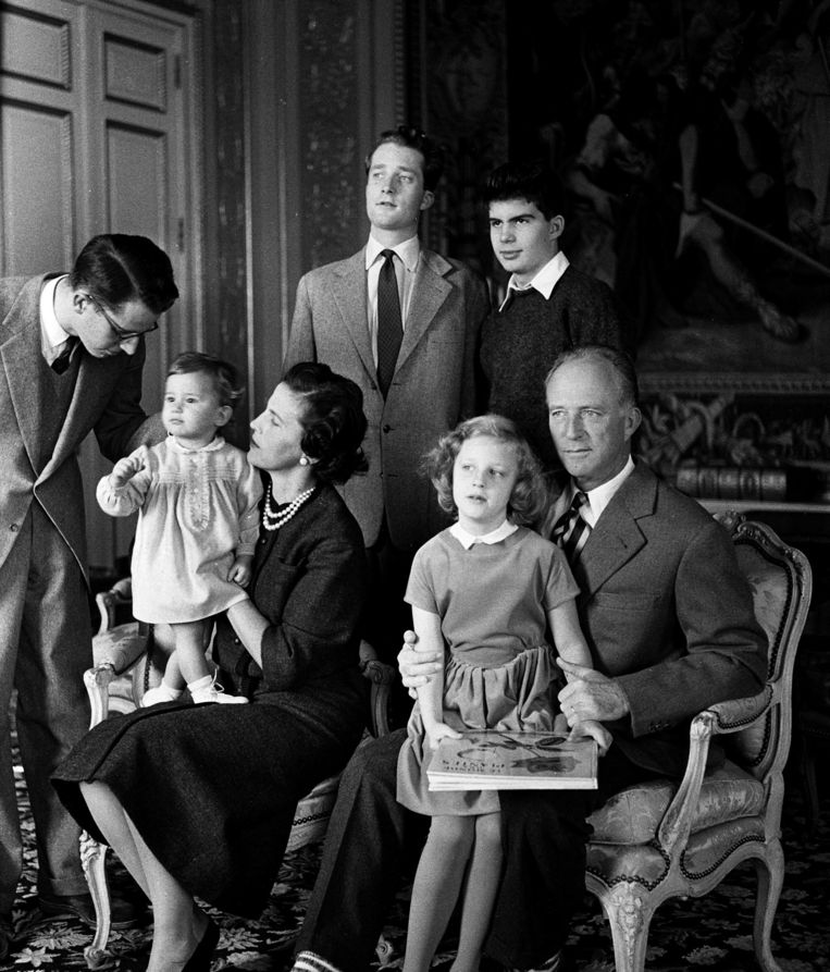 De kleine Maria-Esmeralda krijgt aandacht van halfbroer Boudewijn en moeder Lilian Baels. Leopold III bekommert zich omm zus Marie-Christine. Achter hen de prinsen Albert en Alexander. Beeld PHOTO_NEWS