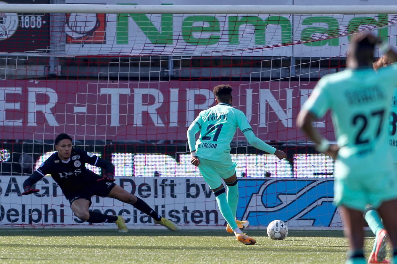 Mike Trésor laat Sparta-doelman Maduka Okoye kansloos vanaf elf meter.