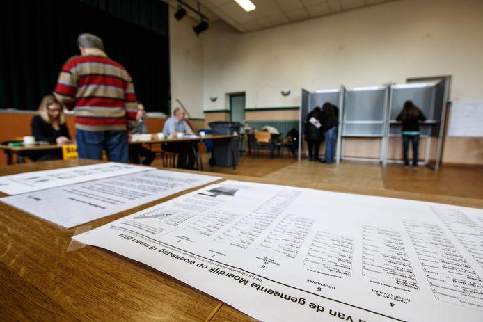 Archieffoto van het stembureau in het dorp Moerdijk.