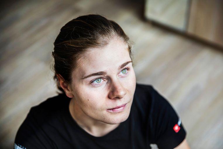 Lotte Kopecky : 'Bij het winkelen heb ik de indruk dat mensen in mijn kar kijken en zich afvragen: 'mag die dat wel eten?'. Wout van Aert zijn, hoe erg moet dat niet zijn?' Beeld Aurélie Geurts