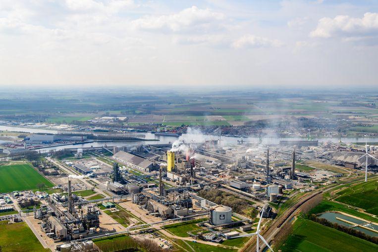 Ook de ammoniakfabriek van Yara in het Zeeuwse Sluiskil draait vanwege de hoge gasprijs nu op een lager pitje. Daardoor wordt er minder CO2 wordt geproduceerd. Beeld Siebe Swart / ANP