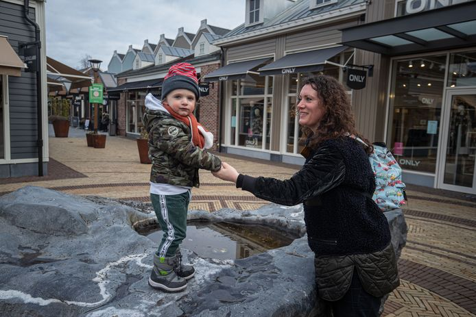 Vanessa en haar zoontje Kit Gerritsen hebben even pauze tijdens het shoppen in Batavia Stad: alleen papa Dave mocht naar binnen in 1 van de 7 winkels die ze vandaag bezoeken.