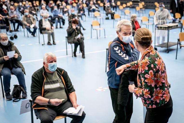 De Deense premier Mette Frederiksen (rechts) groet een bezoeker van een vaccinatielocatie in Roskilde. Beeld EPA
