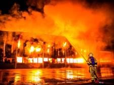 NLAlert voor zeer grote brand bij interieurbouwer: dichte rook over Aalten