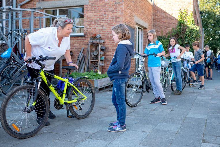 Gemeenschapswachten controleren de fietsen in de Sint-Lambertusschool.