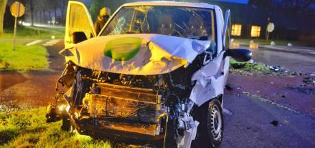 Botsing tussen vrachtwagen en bestelbus op kruising Broekenseind in Hoogeloon