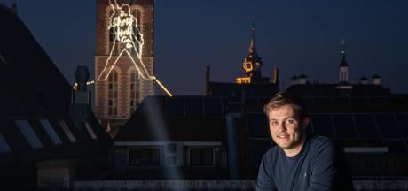 Freddie Mercury verkondigt verlichtende boodschap op Nieuwe Toren in Kampen