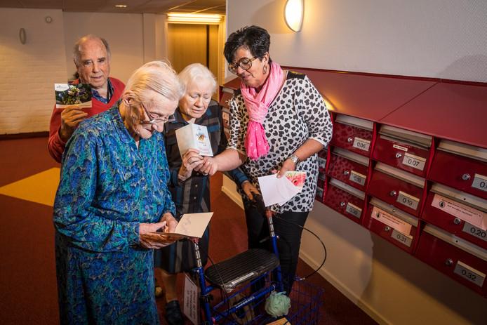 Medewerker Carine van der Zwan uit Heerde heeft een oproep gedaan om het zorgcentrum te overspoelen met kerstkaarten.