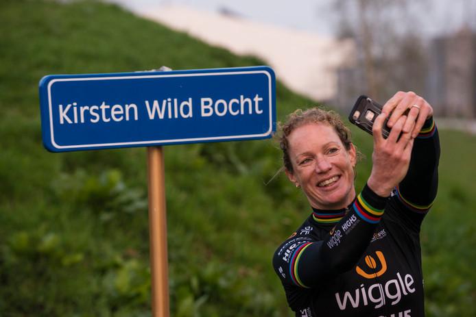 Kirsten Wild: erelid van AWV De Zwaluwen in Almelo met zelfs een eigen naambord langs het parcours.